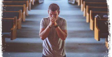 sonhar orando joelhos em missa ou culto