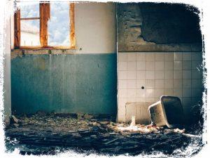 sonhar com parede caindo ou quebrada