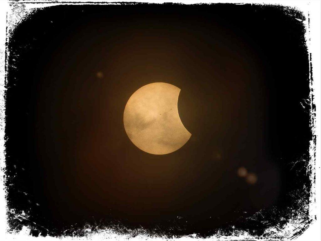 qual significado de sonhar com eclipse incompleto