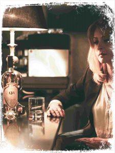 sonhar que bebe whisky sozinha e ruim