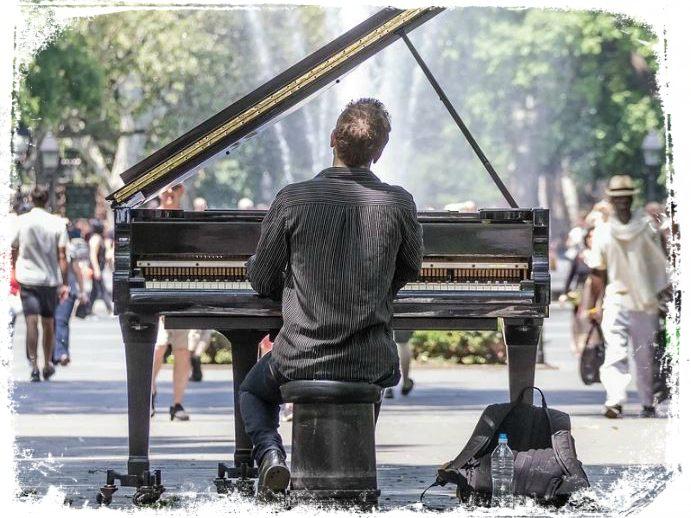 qual significado de sonhar com pessoa da rua tocando piano