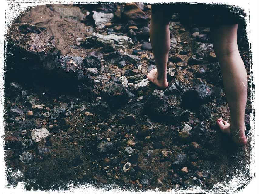 o que significa andar descalco nas pedras