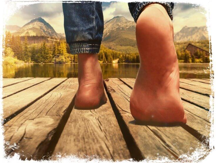 Sonhar que vê apenas os pés descalços