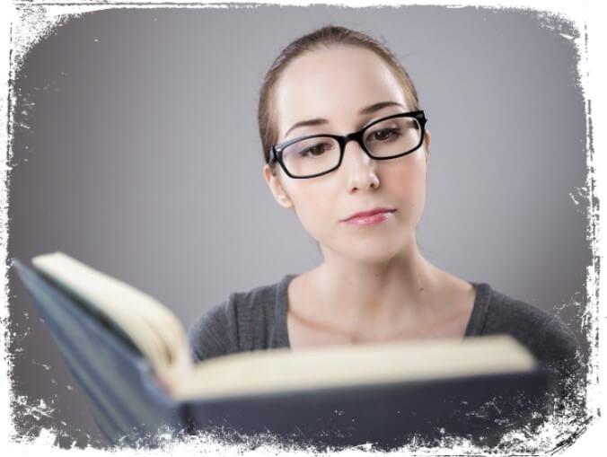 Sonhar com pessoa estudando na biblioteca