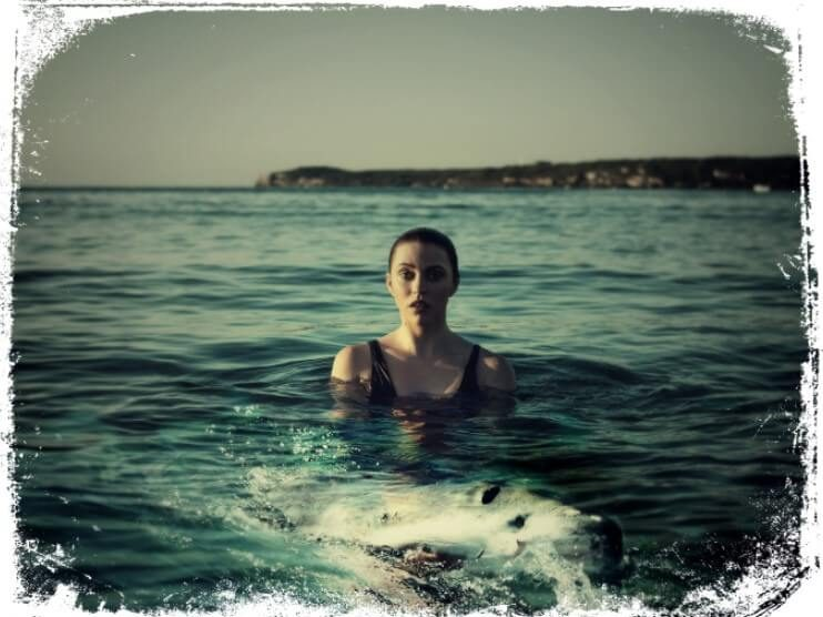 Sonhar que está nadanco com um tubarão em mar aberto