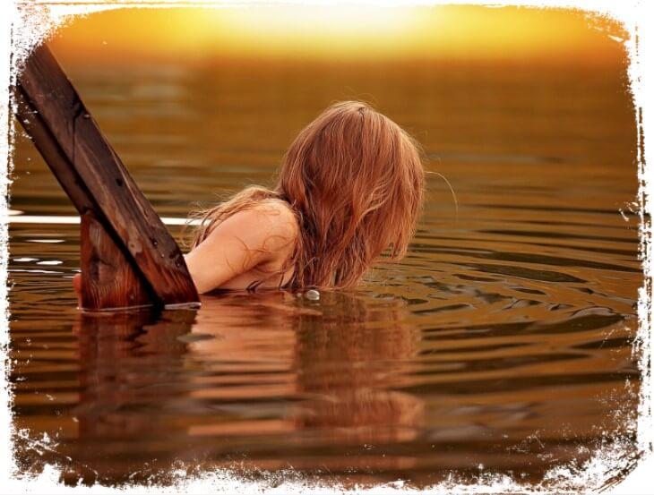 Sonhar que está nadando no rio ou lago