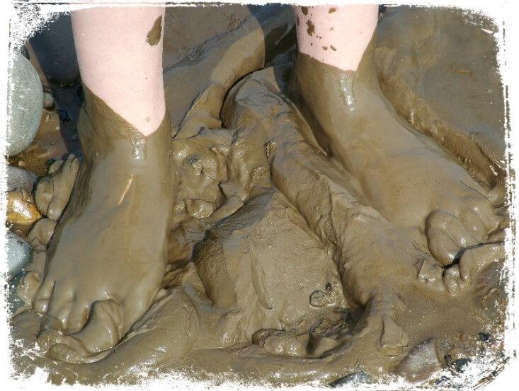 Sonhar descalço com pé sujo