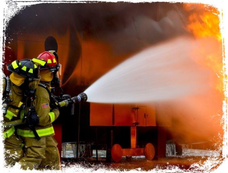 Sonhar com bombeiros trabalhando