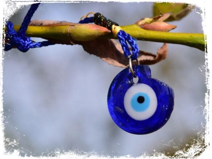 Sonhar com olho grego quebrado