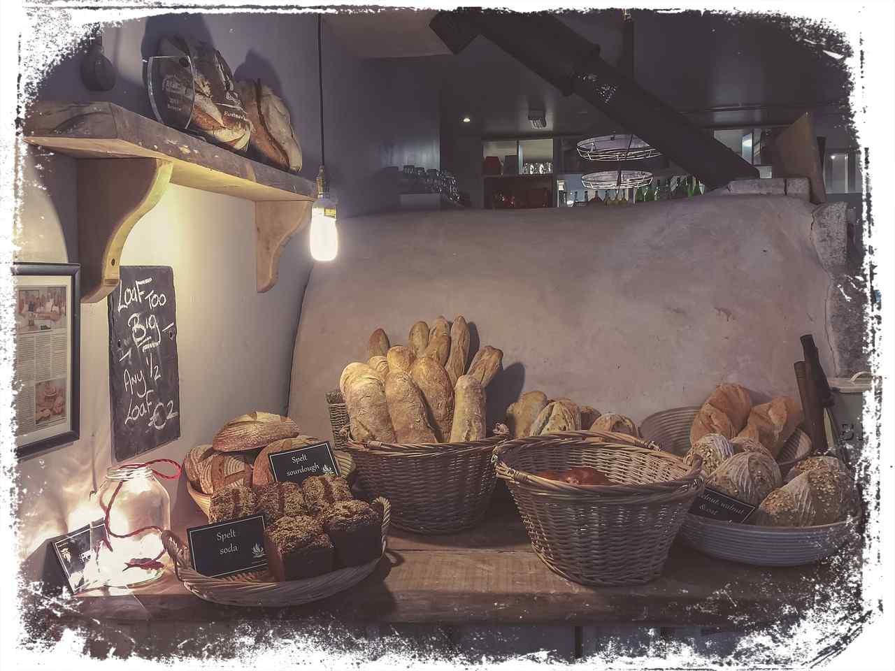 Sonhar com padaria cheia de pão
