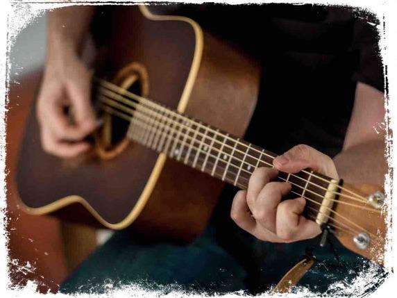 O que significa alguém tocar violão em sonho