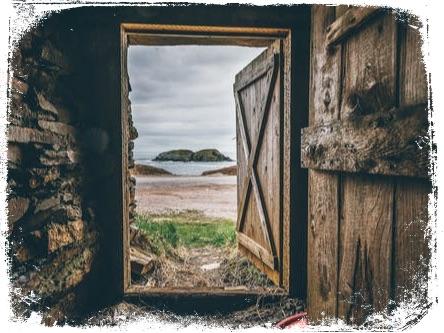 Qual o significado de sonhar com ventania abrindo a porta