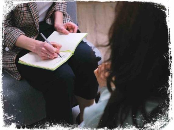 Significado de sonhar que alguém te observa usando caneta