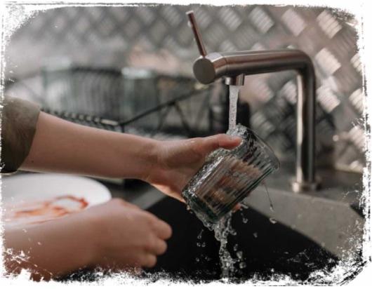 O que significa sonhar que está lavando um copo