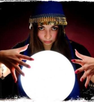 Ver vidente com bola de cristal vendo seu futuro