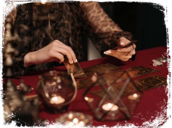 Qual o significado de sonhar com jogo de cartomante