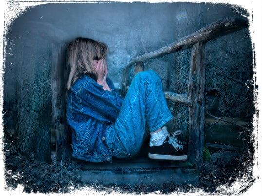 Ver menina perdida chorando em sonhos