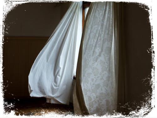 O que significa sonhar com vento na cortina