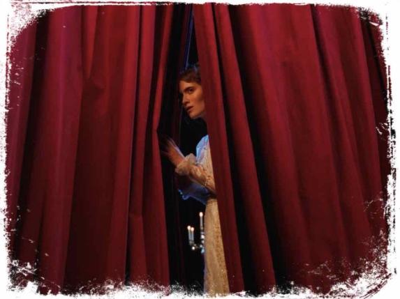 O que significa sonhar que espia por trás da cortina