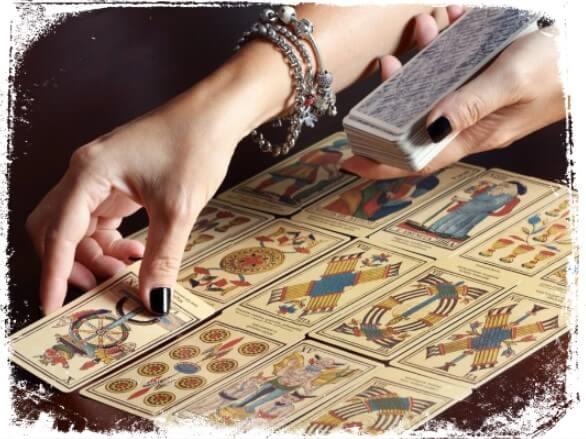 Sonhar você lendo cartas de tarot