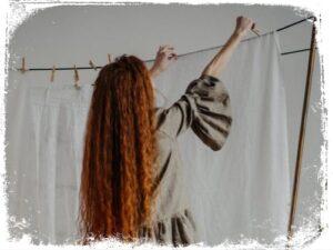 ver alguem pendurando roupa em sonhos